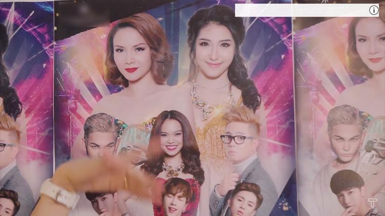 Tấm poster có hình ảnh 2 nữ ca sĩ ngang nhau.