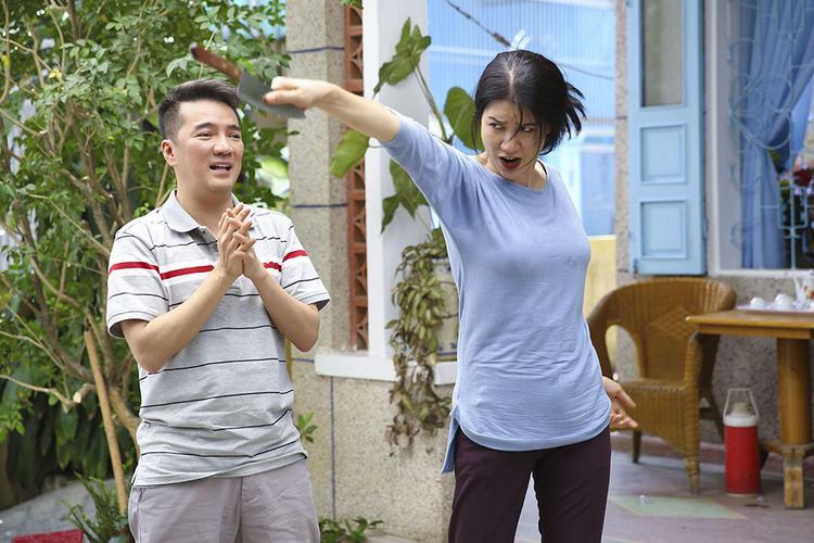 """""""Mẹ"""" Trang Trần phóng dao."""