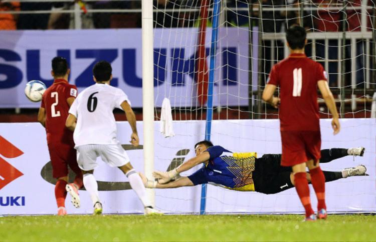 Đặng Văn Lâm cứu thua xuất sắc trước khi rời sân vì chấn thương.