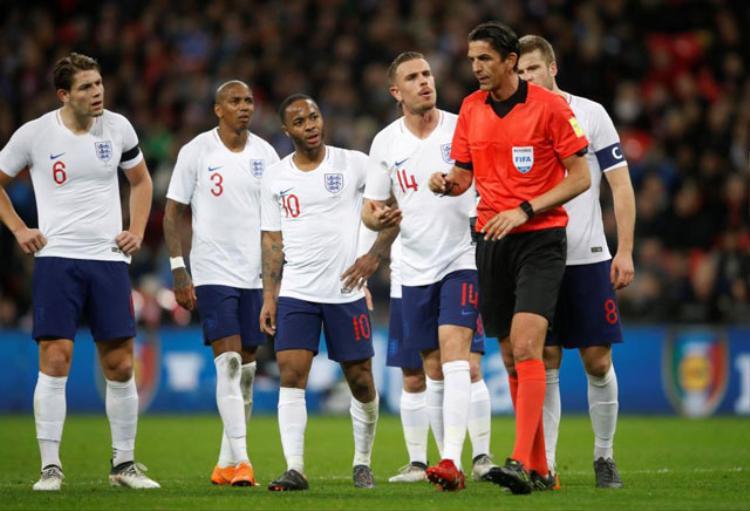 Các tuyển thủ Anh phản ứng khá quyết liệt.