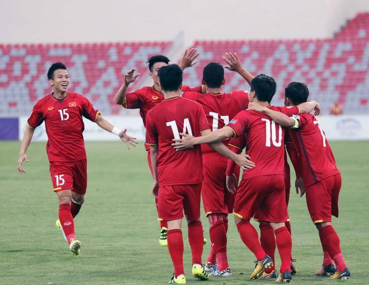 Quế Ngọc Hải ăn mừng cùng các đồng đội sau khi Anh Đức mở tỷ số trận đấu.