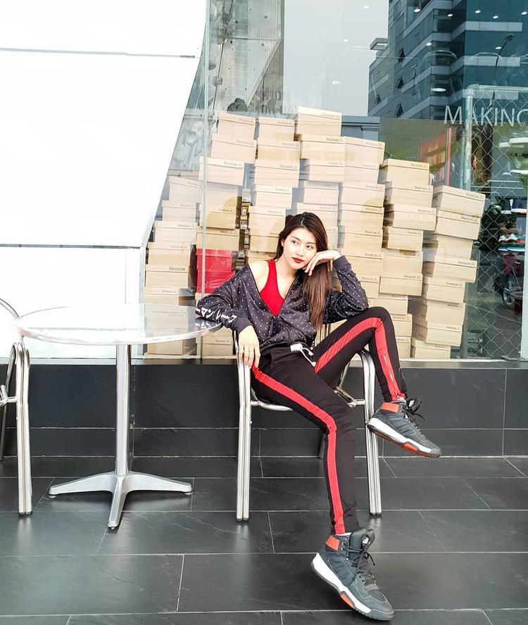 Năng động, tươi trẻ là điều mọi người nghĩ đến khi nhìn vào set đồ mang phong cách thể thao của Quỳnh Châu. Cách nhảy màu khá hay từ sọc ở quần, giày đến áo ba lỗ cho thấy cô có một gu thẩm mỹ tinh tế.