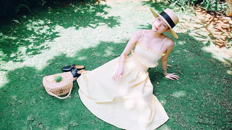 Cả set đồ gồm áo và chân váy rời họa tiết ca-rô nhí là sự lựa chọn của Minh Hằng. Nữ ca sĩ cũng sử dụng thêm mũ rộng vành và giày loafer Gucci để tăng điểm đắt giá.