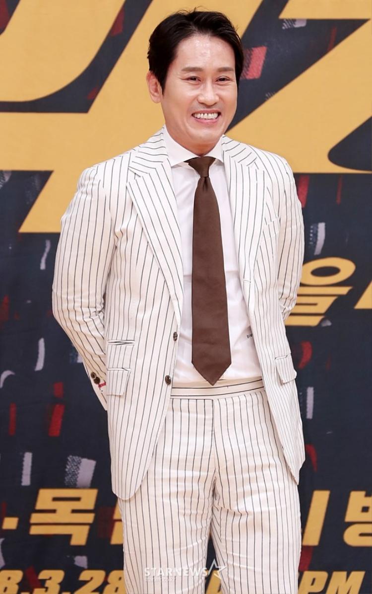 Diễn viên Jo Hee Bong cười rạng rỡ.