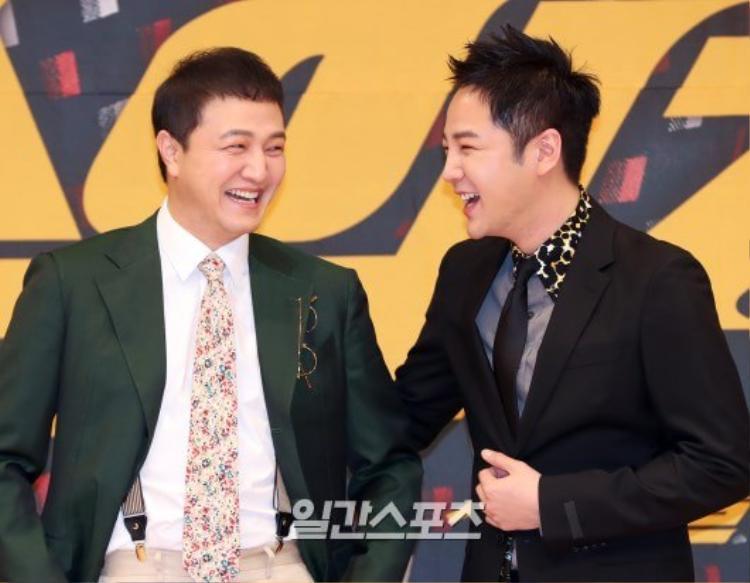 Hai nam diễn viên cười tươi roi rói.