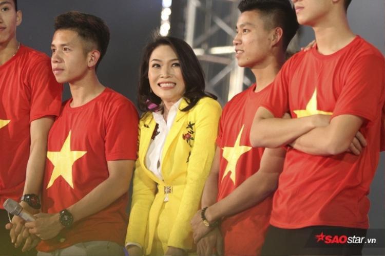 """Những biểu cảm vô cùng thân thiện, nhí nhảnh và đáng yêu của cô """"ca sĩ quốc dân"""" bên các chàng trai U23."""