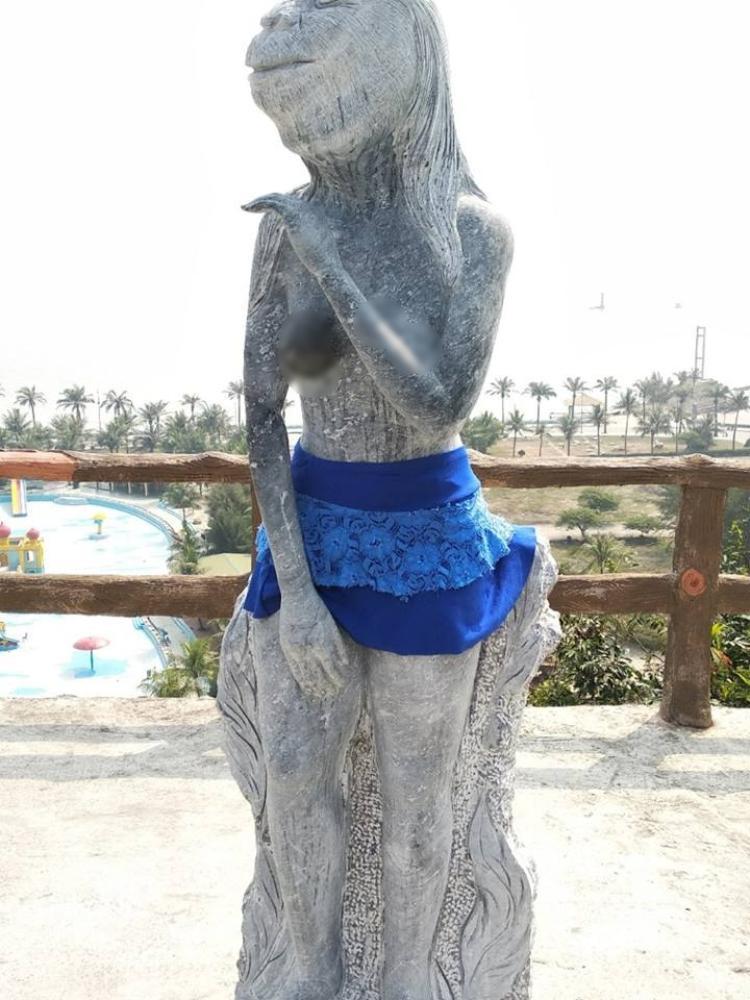 Tượng được mặc quần váy sau khi đăng tải lên mạng gây xôn xao.