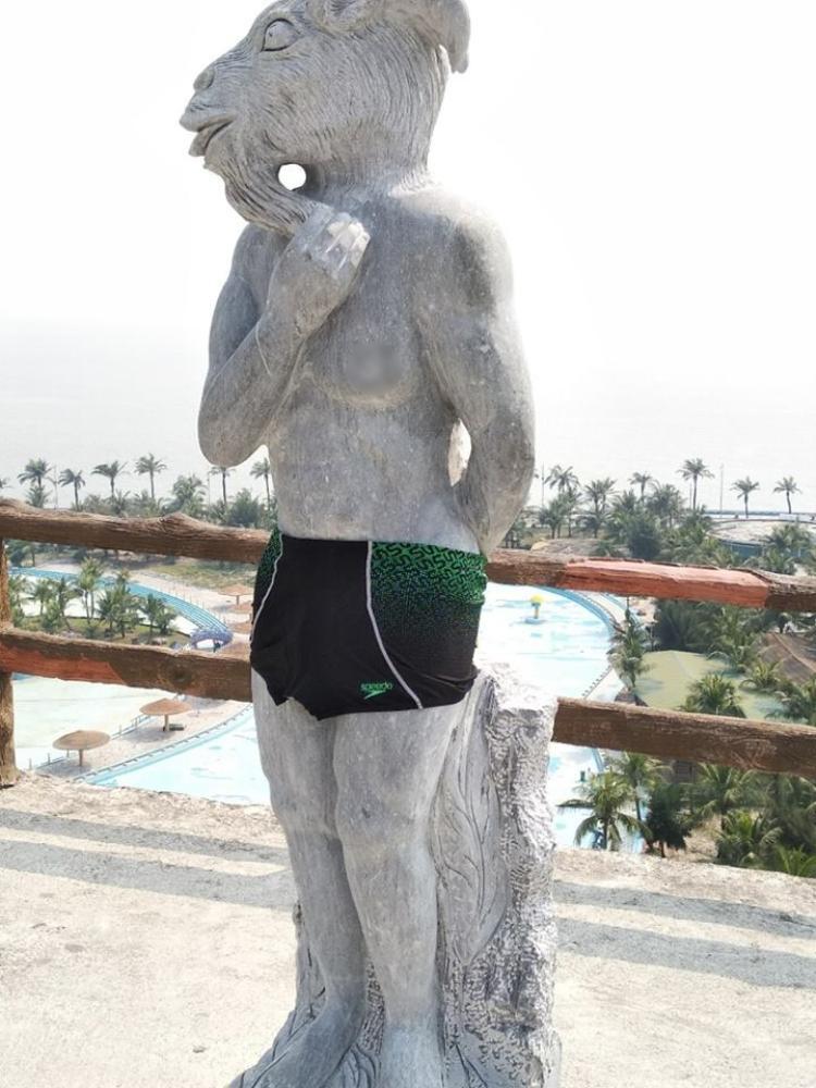 """Nghệ nhân Trần Minh Tuấn cho rằng, trên thế giới không ai """"mặc"""" quần, váy cho tượng."""