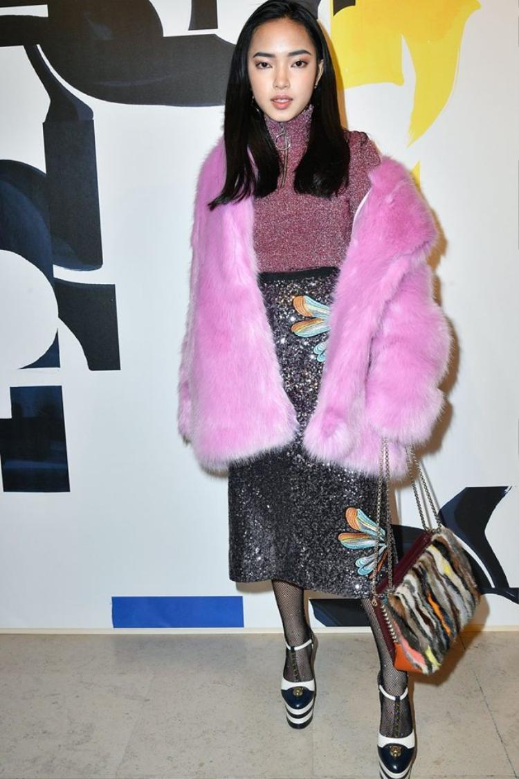 Trái ngược với những hình ảnh long lanh đăng tải trên mạng xã hội, bộ cánh mà Châu Bùi diện khi tham dự Paris Fashion Week khiến nhiều người hoài nghi về trình mặc đẹp lên xuống thất thường. Ngoài ra, cách trang điểm nhợt nhạt cũng khiến cô nàng lộ vẻ mệt mỏi, kém sắc.