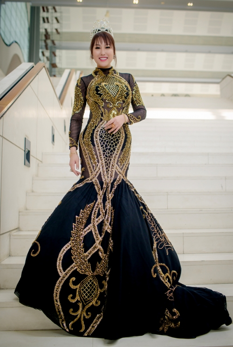 Bộ váy đuôi cá cầu kỳ, nặng nề đi cùng với chiếc vương miện tạo thành một tổng thể rườm rà, kém sang trọng, tất cả đã khiến Phi Thanh Vân phải ngậm ngùi lọt vào bảng xếp hạng sao xấu của tháng.