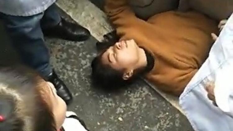 Hết gồng tay rồi lên cơn động kinh, nhưng chị Quan vẫn không thể cứu chồng. Ảnh: Weibo