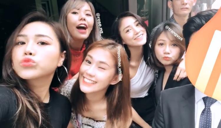 Cùng ngày, nhóm bạn thân ở Sài Gòn gồm Ngọc Thảo và một vài người bạn khác cũng có mặt ở Hà Nội cùng hotgirl Sa Lim.