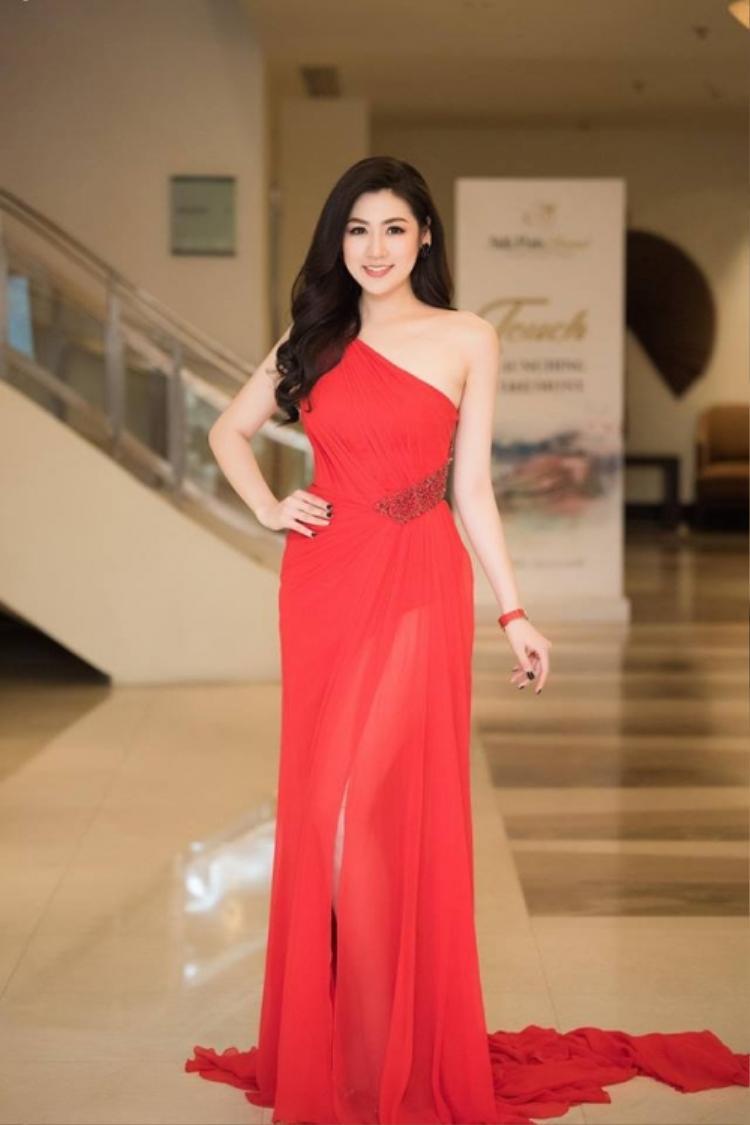 Á hậu Dương Tú Anh cũng từng diện thiết kế này trong một sự kiện gần đây. Cô trang điểm nhẹ nhàng, trong trẻovà mái tóc uốn lọn để xõa đơn giản.
