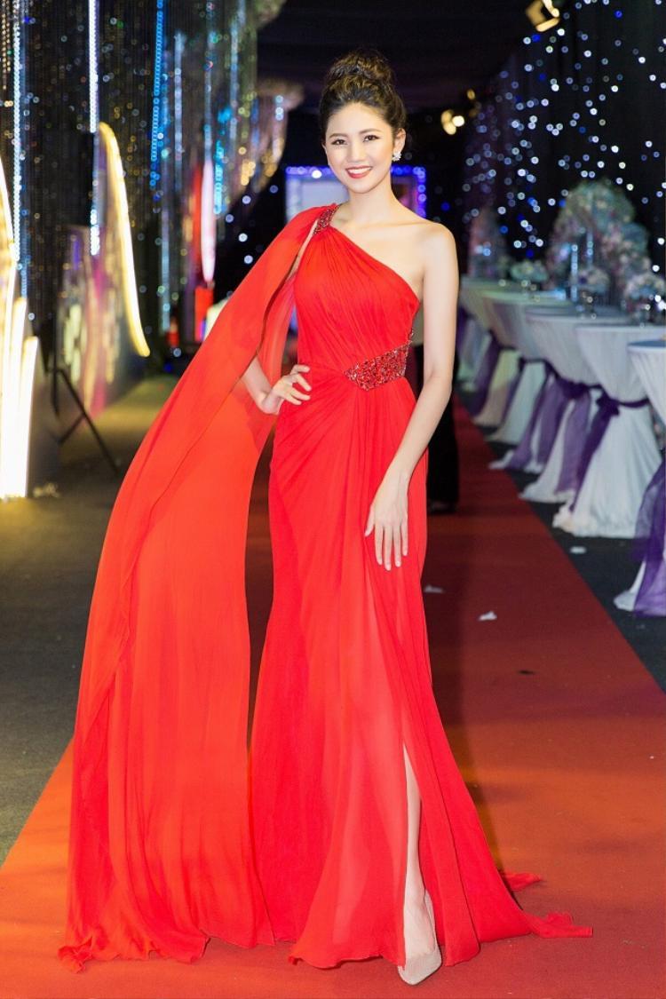 Đảm nhiệm vai trò MC cho một sự kiện diễn ra ở TP.HCM, á hậu Thanh Tú xuất hiện nổi bật, gợi cảm trong thiết kế lệch vai quen thuộc của Lê Thanh Hòa.