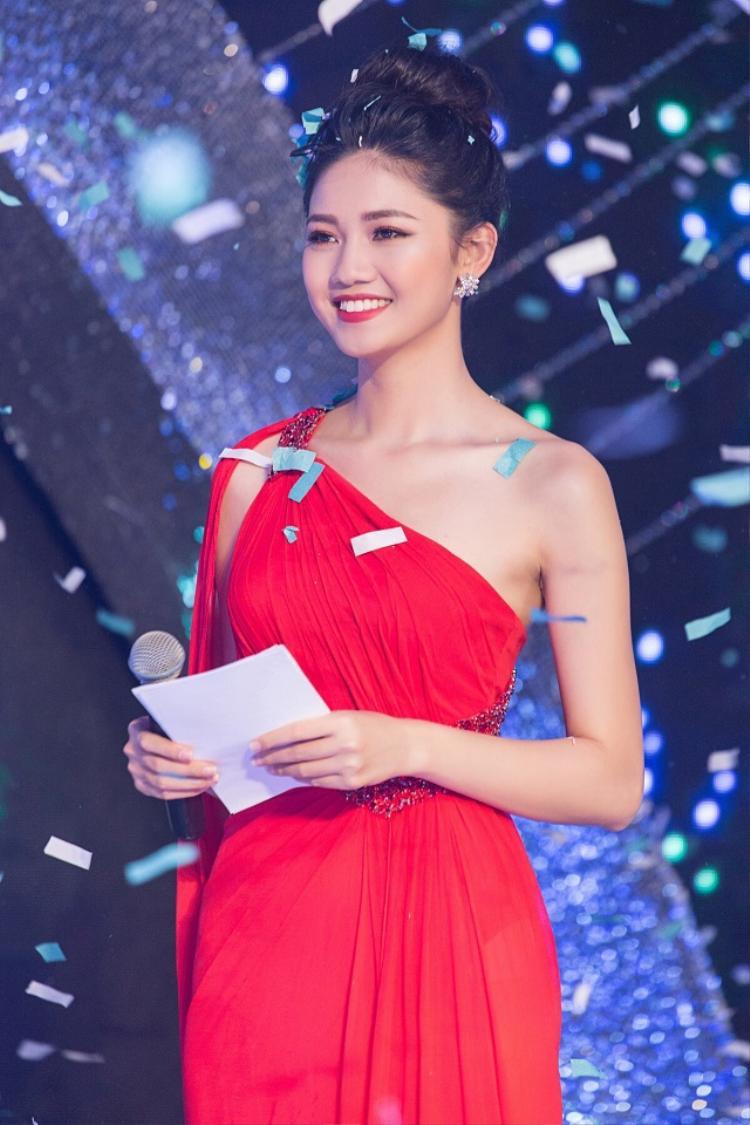 Với chiều cao khủng 1m80 và gương mặt khả ái, nàng á hậu dễ dàng trở thành tâm điểm sự kiện. Thanh Tú là người đẹp ưa chuộng những thiết kế của nhà mốt Lê Thanh Hòa và là người đẹp thường xuyên đụng hàng nhất trong Vbiz.