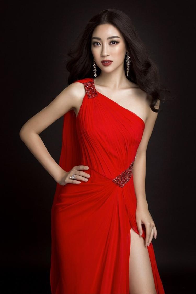 Cùng khoe sắc vóc hoàn hảo rạng ngời, Hoa hậu Đỗ Mỹ Linh cũng không hề kém cạnh người bạn thân thiết là á hậu Thanh Tú.