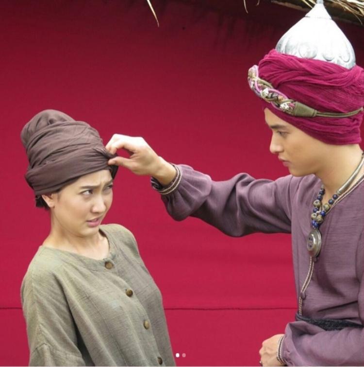 Mang Mao khá rụt rè khi Khan Thong tiếp cận mình.