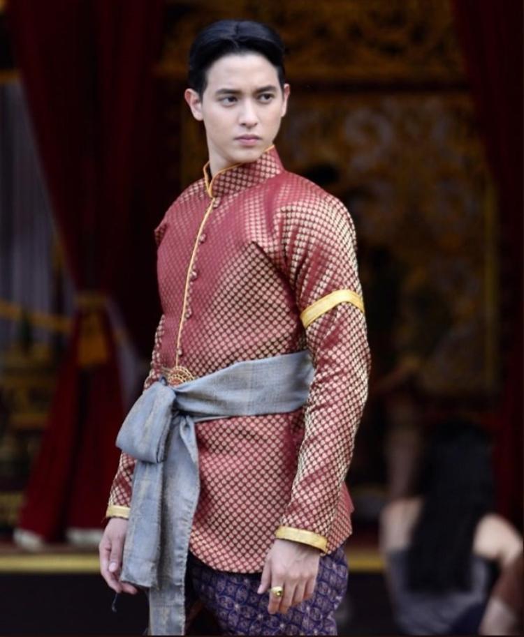 """Hay tóc bổ luống cũng không thể dìm được """"hoàng tử nụ cười Thái Lan""""."""