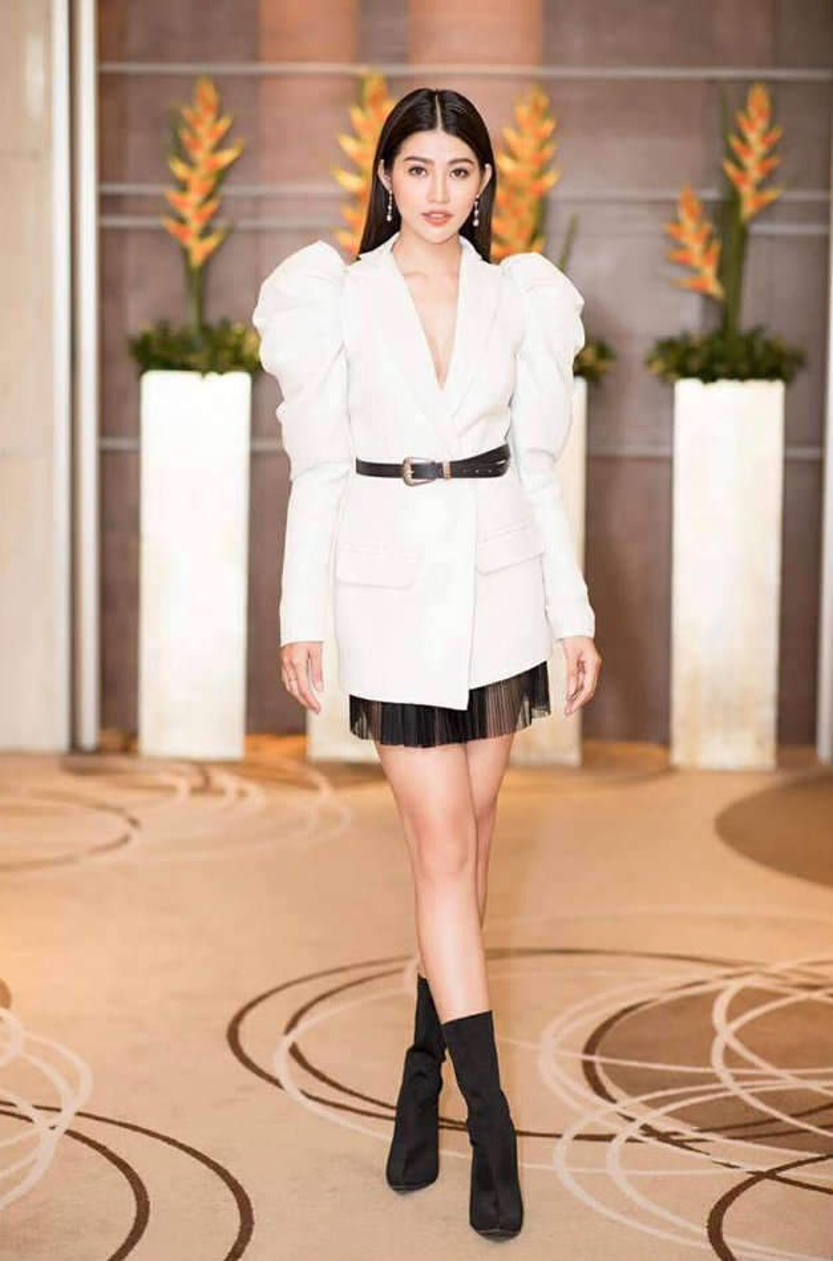 Người mẫu Chế Nguyễn Quỳnh Châu cá tính khoe đôi chân dài. Cô kết hợp kiểu áo này với mốt giấu quần vừa đơn giản vừa tạo sự thoải mái.