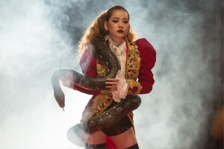 Tạo hình cho 1 MV, nữ ca sĩ Chi Pu cũng chọn cho mình bộ cánh kiểu tay chân cừu theo phong cách hoàng gia. Kiểu áo này tuy không quá kén người mặc, song phải biết cách tạo sự cân đối, tránh tạo cảm giác cồng kềnh, nặng nề nhất là đối với những người có vóc dáng nhỏ bé.