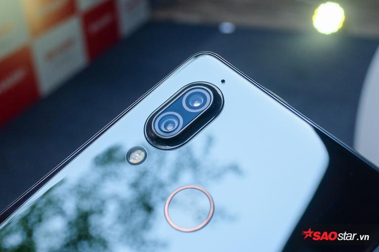 Cận cảnh cụm camera kép ở mặt lưng. Người dùng cũng có thể thấy sự hiện diện của cảm biến vân tay.