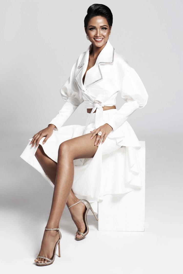 Ở trang phục thứ ba của nhà thiết kế Lý Giám Tiền, Hoa hậu H'Hen Niê quyết định khoe đôi chân dài hấp dẫn của mình, kết hợp cùng kiểu áo sơmi khoét sâu, tạo sự gợi cảm nhưng vô cùng tinh tế và bí ẩn.