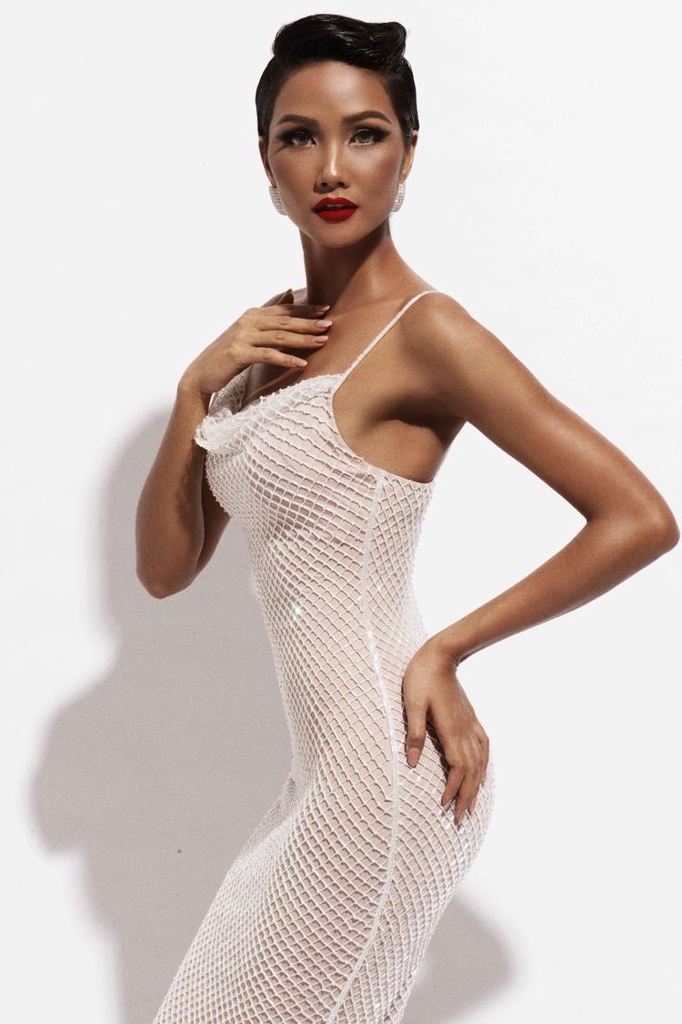 Người đẹp thể hiện thần thái quyền lực thông qua biểu cảm ánh mắt và nụ cười, kết hợp cùng phụ kiện trang sức sang trọng. Bộ váy ren lưới tôn lên những đường cong cơ thể của Hoa hậu hoàn Vũ Việt Nam.