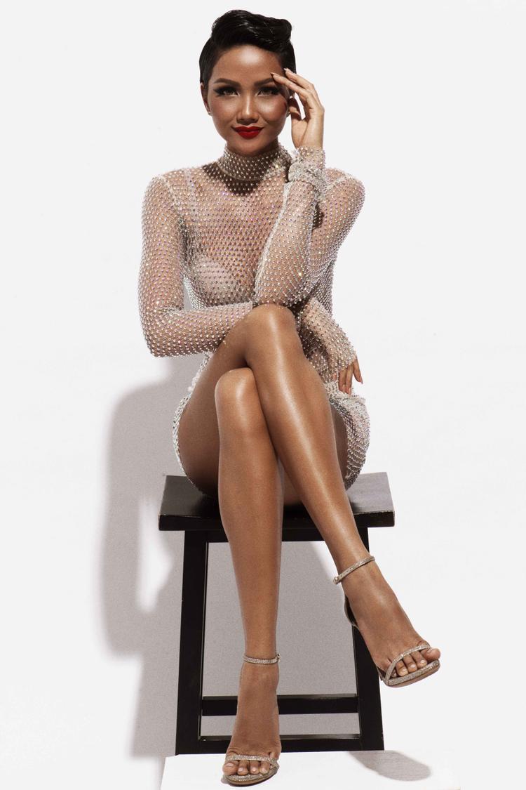 """Với bộ trang phục đầu tiên của nhà thiết kế Kim Khanh, Hoa hậu H'Hen Niê khai thác tối đa vẻ đẹp hình thể khi vừa khoe được vùng hông quyến rũ, vừa chứng tỏ bản thân là """"Người đẹp biển"""" xứng đáng của cuộc thi Hoa hậu Hoàn vũ Việt Nam. Đây là thiết kế từng được hoa hậu chuyển giới Hương Giang mặc trước đó."""