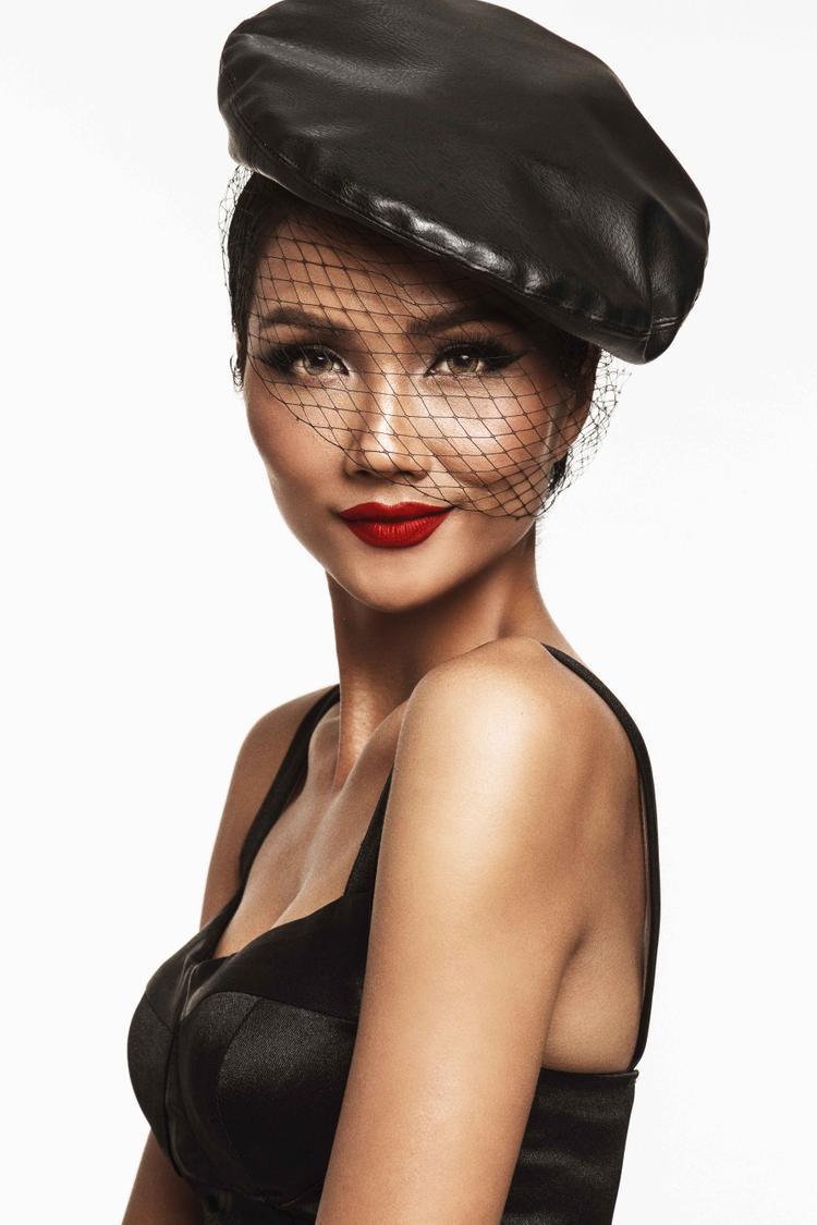 Hoa hậu H'Hen Niê chia sẻ, cô tâm đắc nhất là loạt ảnh mang phong cách cổ điển này và hy vọng khán giả sẽ yêu thích nó.