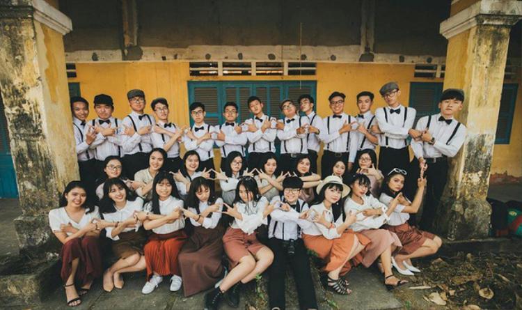 """Hành trình thực hiện bộ ảnh kỷ niệm của đời học sinh cũng chính là hành trình mà 12C7 tìm lại """"Tháng năm rực rỡ"""" của cuộc đời mình."""
