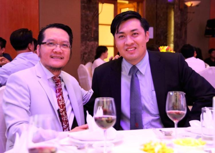 Ông Trần Văn Liêng (trái) được ông Cao Văn Chóng (phải) giới thiệu.