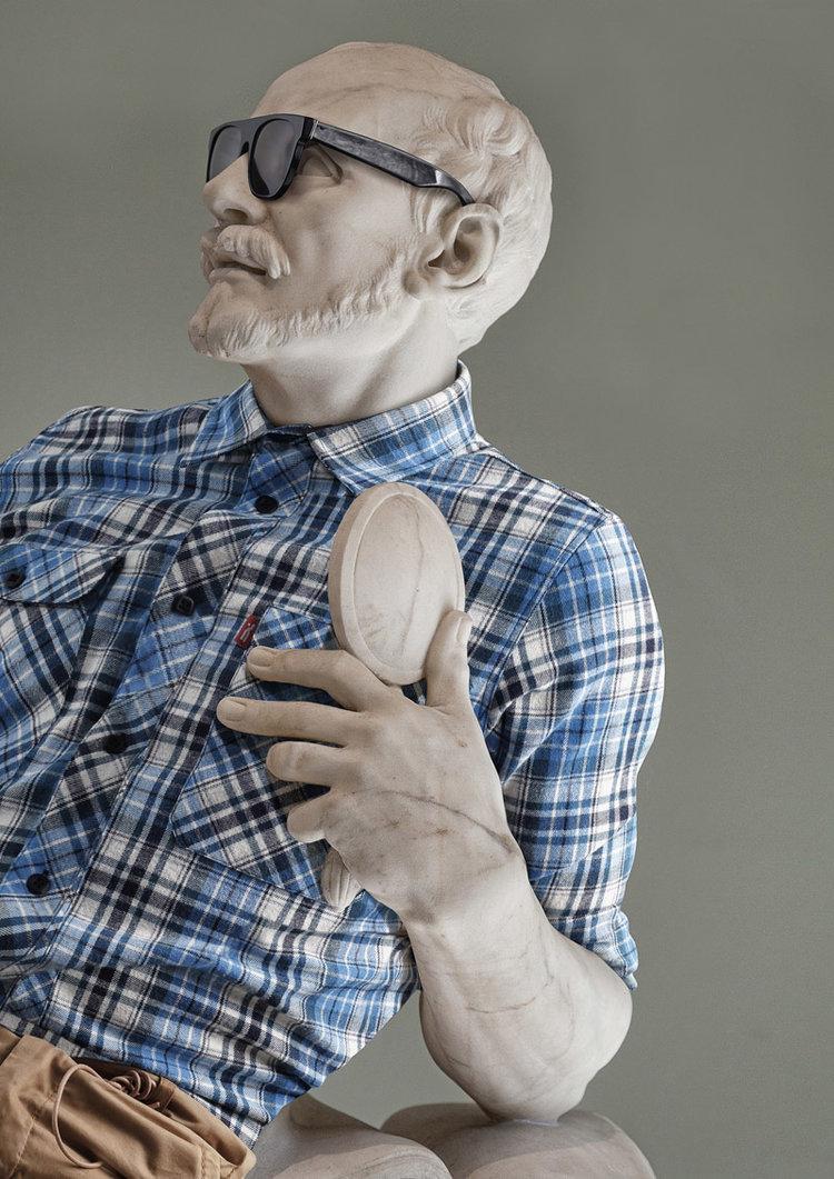 """Năm 2012, nhiếp ảnh gia người Pháp Leo Caillard cùng nghệ sĩ kỹ thuật số Alexis Persani tạo tác phẩm nghệ thuật """"Hipsters in Stone"""", trong đó đưa những tác phẩm điêu khắc cổ điển tại bảo tàng Louvre ở Paris (Pháp) trở nên hiện đại. Trong ảnh, tượng điêu khắcMichel de Montaigne (một trong những nhà văn có ảnh hưởng nhất của thời kỳ Phục Hưng Pháp) mặc sơ mi, đeo kính hiệuRay-Bans."""