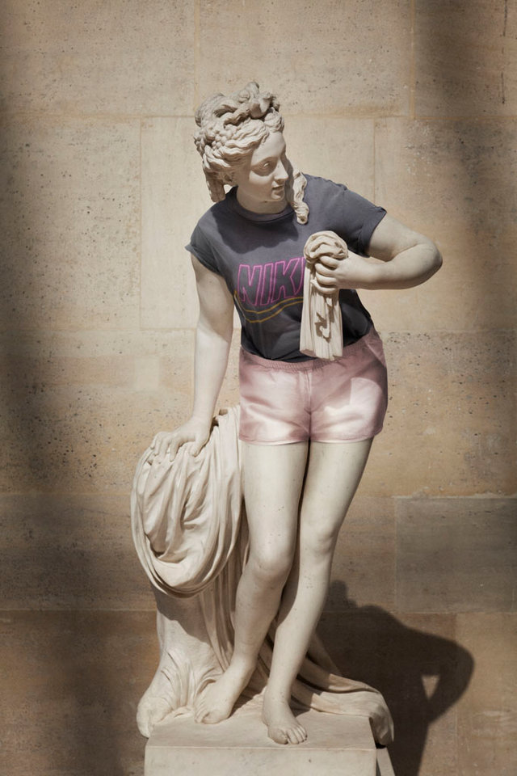 Người Pháp cũng thử mặc quần áo cho tượng khỏa thân nghệ thuật