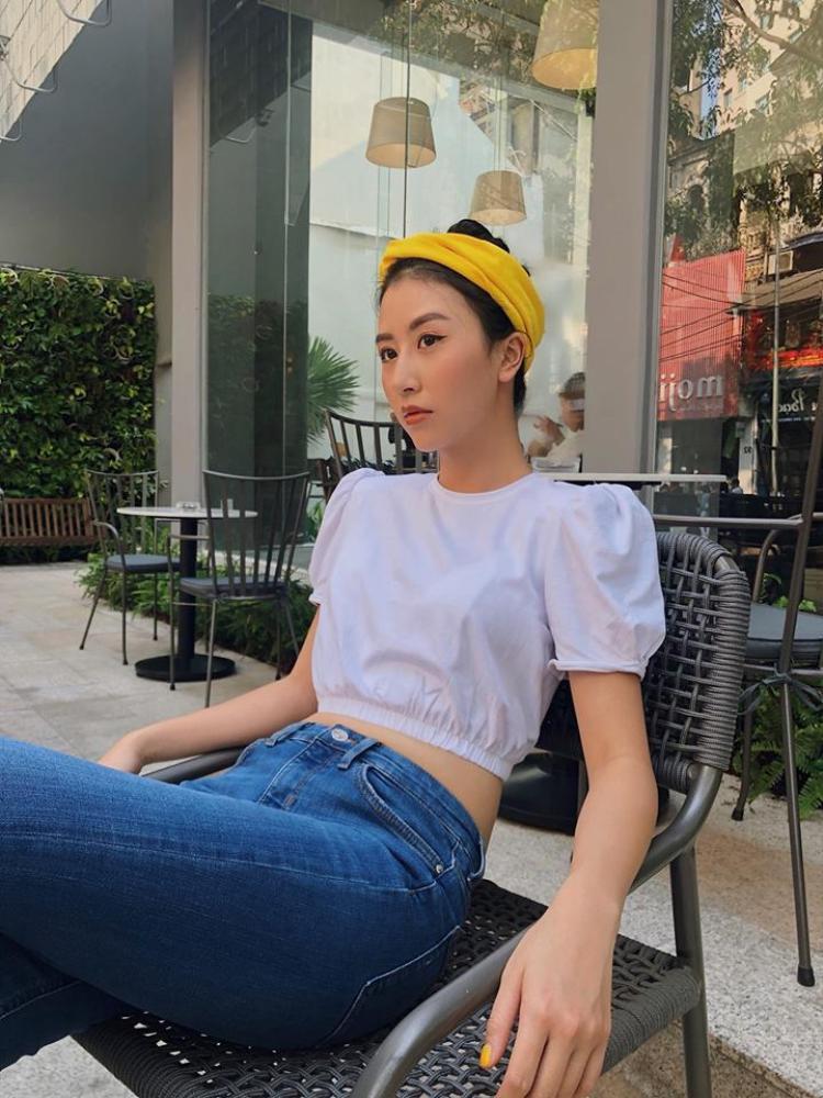 Quỳnh Anh Shyn thì đơn giản hơn rất nhiều. Cô nàng chỉ diện crop top trắng trơn nhưng có phần tay bồng dễ thương làm điểm nhấn.