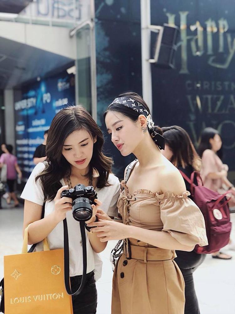 """Khánh Linh The Face vẫn luôn theo đuổi gout thời trang công chúa. Cô nàng diện áo crop top chun với rất nhiều chi tiết """"hỗ trợ"""" cho thêm phần điệu đà như bèo nhún, dây đan phong cách boho."""