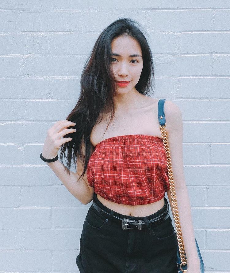 Hòa Minzy sau một thời gian loay hoay không biết làm gì với thời trang thì giờ đây cô nàng đã trở nên sành điệu và sexy hơn rất nhiều. Thậm chí, Hòa Minzy còn có thể bắt nhịp với xu hướng cực nhanh với chiếc áo quây màu đỏ xinh xắn này.