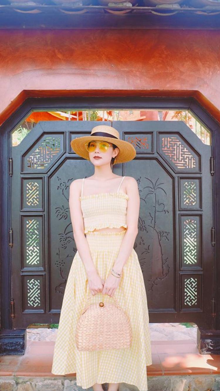 Minh Hằng diện cả bộ váy vàng cực xinh đẹp trong kỳ nghỉ mới đây của cô.