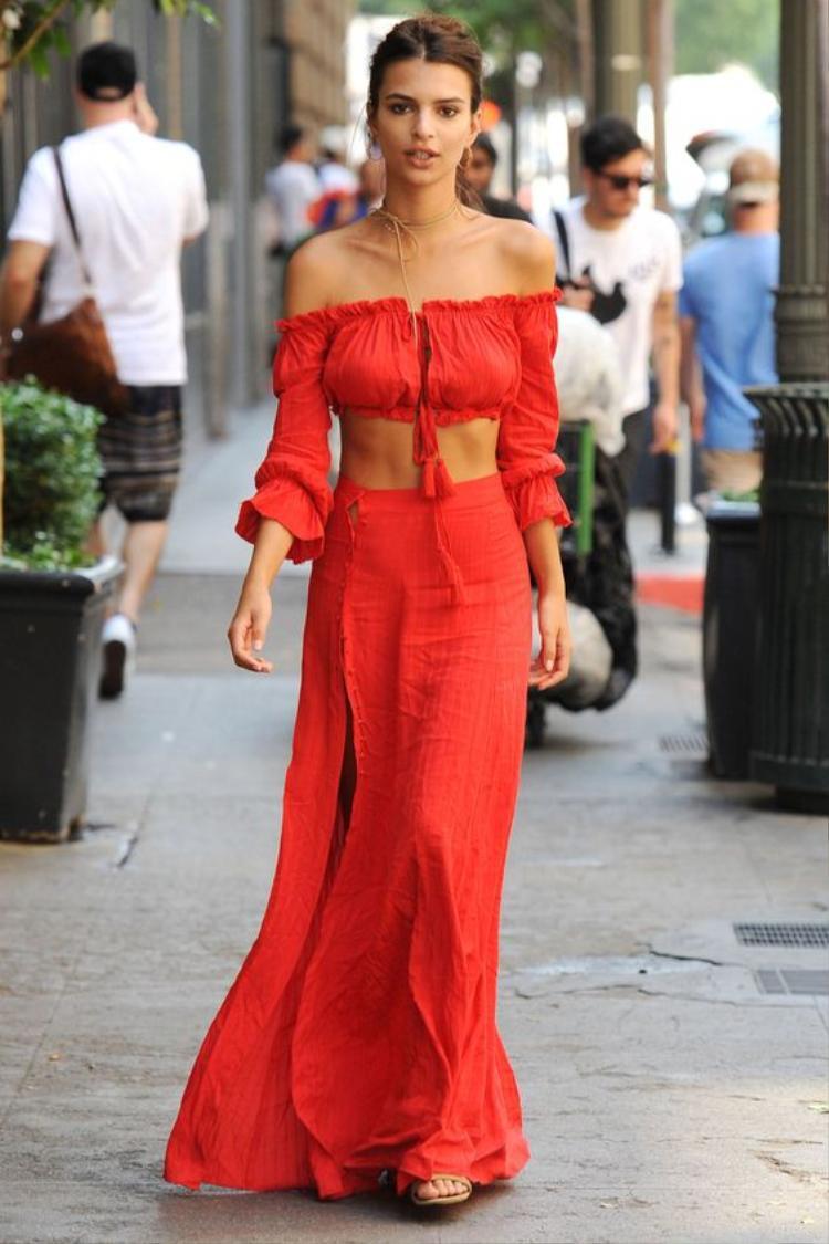 Có thể nói, đây là một kiểu áo cực kỳ mê hoặc đối với các nàng ưa yểu điệu nữ tính mà vẫn khoe được vẻ sexy. Chiếc áo đa năng này kết hợp với chân váy, quần jeans hay short đều rất ổn.