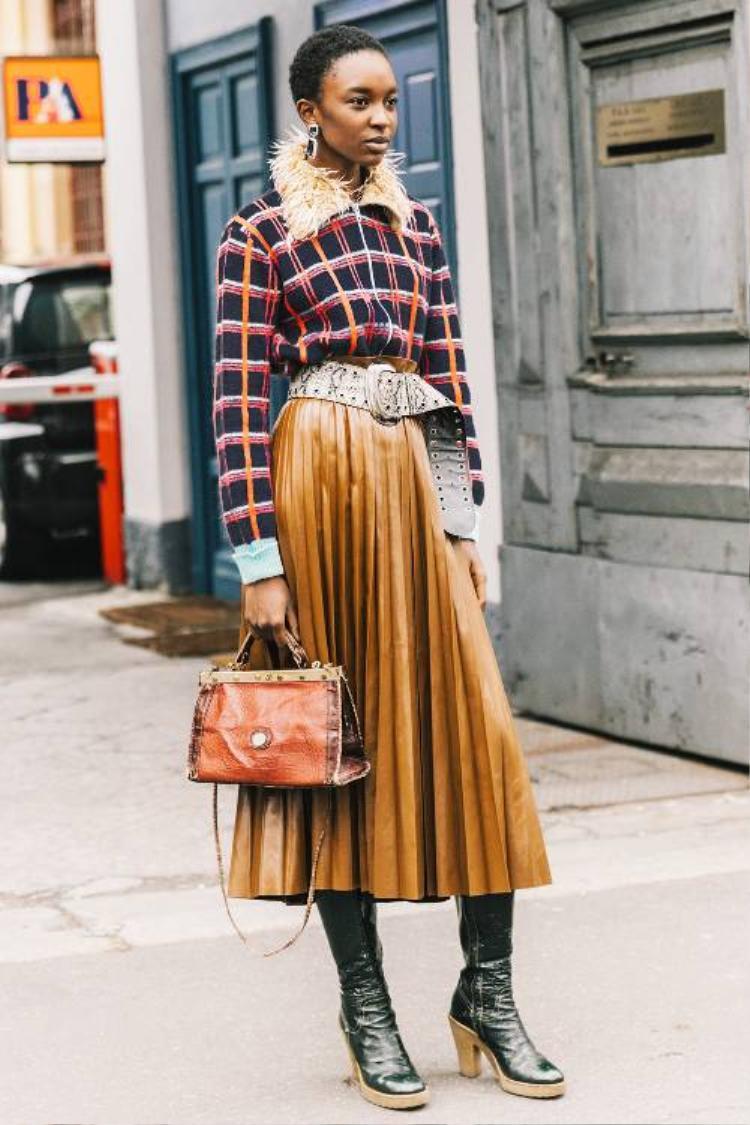 Cô nàng Bảo Bình cực kỳ hợp với những kiểu trang phục họa tiết nổi bật. Đừng ngần ngại thử chọn một item màu sắc hay các dạng phụ kiện cầu kỳ, chỉ cần lưu ý phối chúng cách khéo léo cùng các món đồ trơn màu, bạn sẽ trở nên thu hút khi xuống phố.