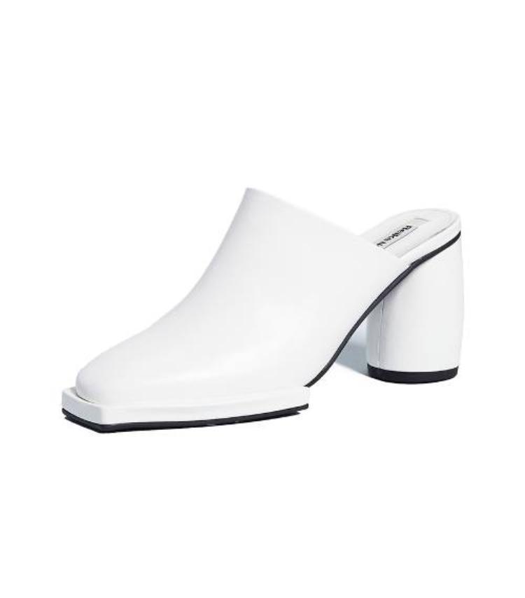 Nàng cũng không nên bỏ qua kiểu giày mules xu hướng nhất trong năm 2018.