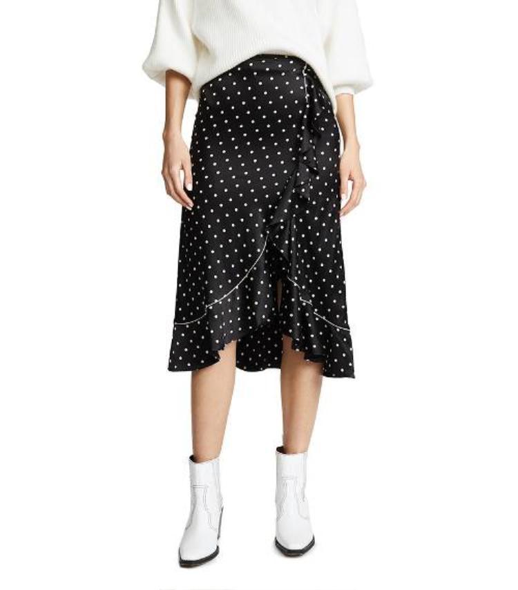 Lại được mix ngẫu hứng cùng chân váy xòe chất liệu mềm mại, tưởng không hợp nhưng hóa ra lại phù hợp không tưởng.