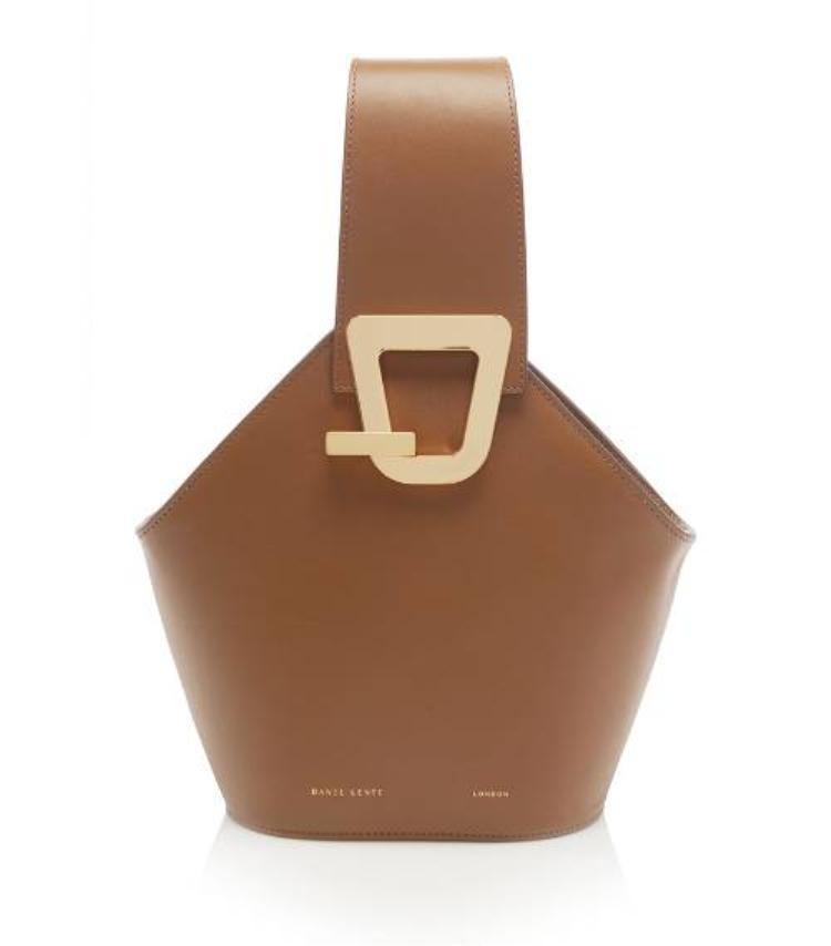Với túi xách, các kiểu túi dạng hình học, quai to bản màu nâu đất hay beige sẽ là lựa chọn phù hợp.