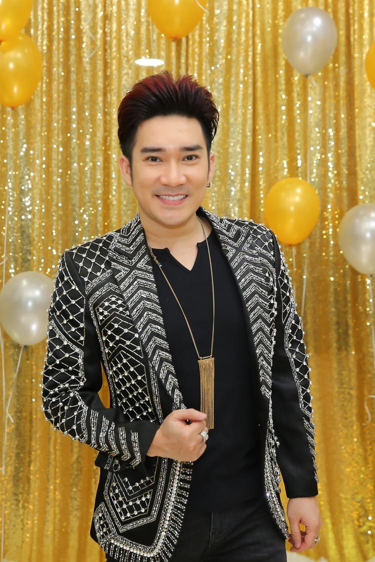 Ca sĩ Quang Hà lịch lãm với vest khoác ngoài.