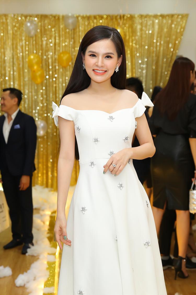 Khác với hình ảnh gợi cảm thường thấy, diễn viên Phi Huyền Trang chọn phong cách nữ tính khi góp mặt ở sự kiện.
