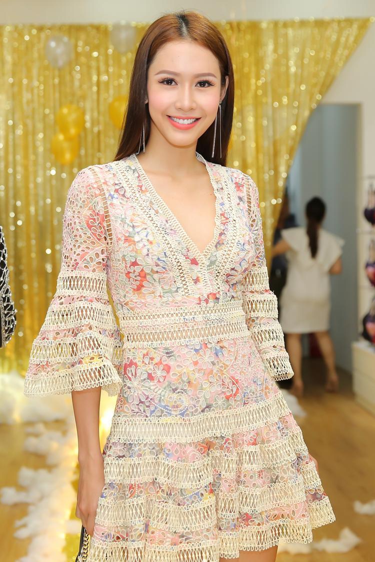 Hoa Hậu Phan Thu Quyên điệu đà trong thiết kế tay áo ống loe, có đường xẻ ngực sâu.