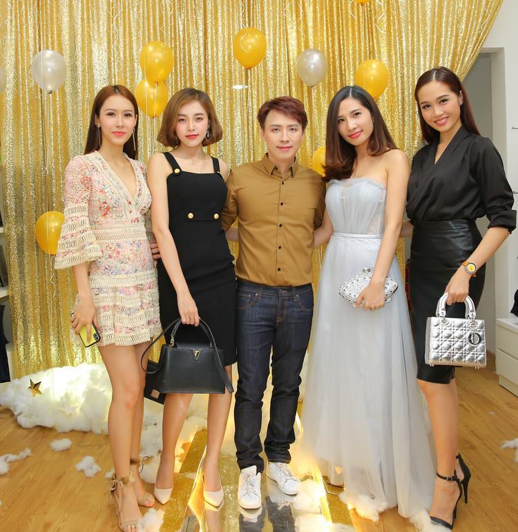 NTK Văn Thành Công và các người mẫu.