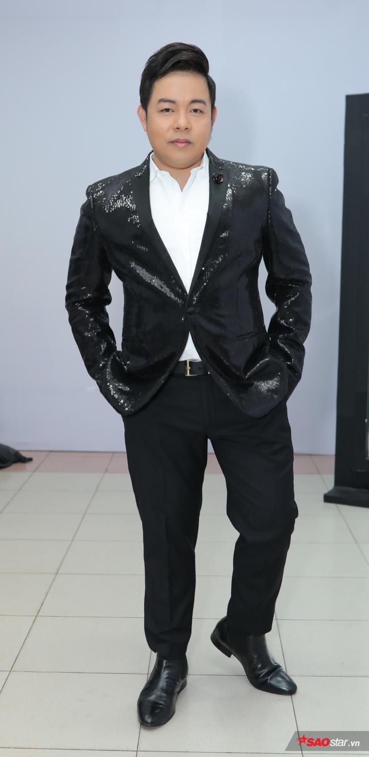 Nếu HLV Ngọc Sơn chọn vest trắng thì HLV Quang Lê chọn vest đen lịch lãm.