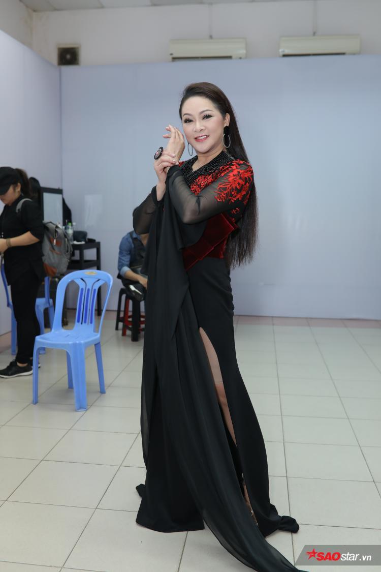Nữ HLV xuất hiện rạng rỡ với trang phục độc đáo.