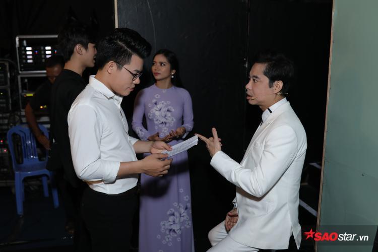 HLV Ngọc Sơn tranh thủ ôn bài cho học trò trước khi bước lên sân khấu.