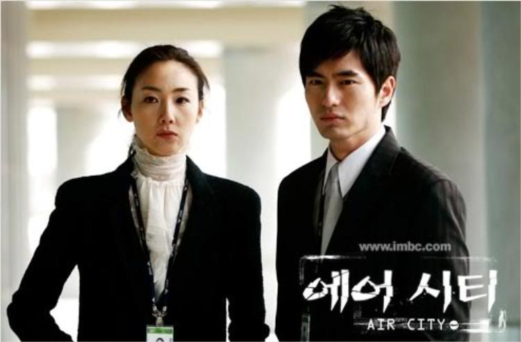 """Choi Ji Woo từng phát triển mối quan hệ tiền bối - hậu bối với Lee Jin Wook lên thành tình yêu từ sau """"Air City"""" nhưng mối quan hệ này cũng tan vỡ sau 3 năm chính thức hẹn hò"""